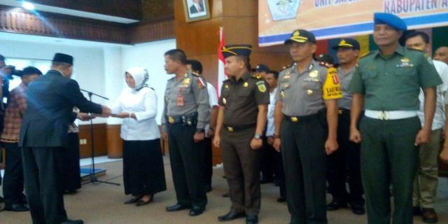 Pelaksana tugas Bupati Aceh Utara, Muhammad Jamil, mengukuhkan unit Satuan Tugas Sapu Bersih Pungutan Liar (Satgas Saber Pungli). Perusahaan gukuhan dilaksanakan di aula Sekretaris Daerah kabupaten Aceh Utara Jumat siang (27/1/2017).