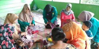 Mahasiswa Kuliah Kerja Nyata Latih Ibu-ibu Buat Berbagai Kreasi