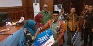 Pemerintah Aceh Jaya Serahkan Bantuan Premi Asuransi Nelayan
