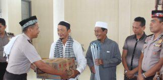 """Kapolres Aceh Jaya AKBP Eko Purwanto menyerahkan bantuan alat kebersihan kepada pengurus Mesjid besar Baitul Makmur, Keude Krueng Sabee. Jum""""at (23/03/18)."""