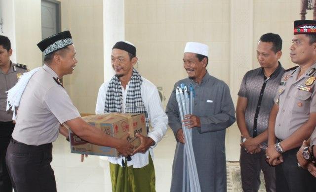 Kapolres Aceh Jaya AKBP Eko Purwanto menyerahkan bantuan alat kebersihan kepada pengurus Mesjid besar Baitul Makmur, Keude Krueng Sabee. Jum