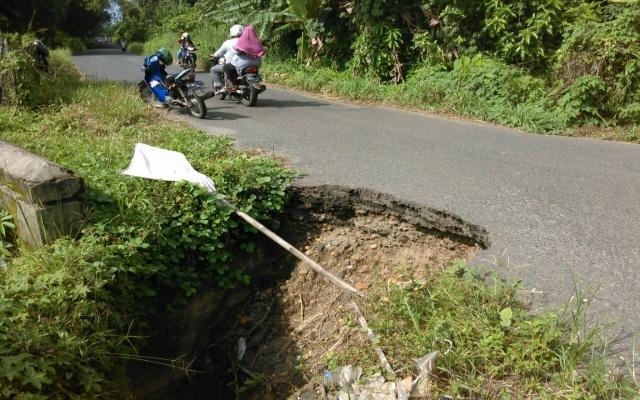 Badan jalan Longsor, Jalan Baturaja OKU Selatan Terancam Putus