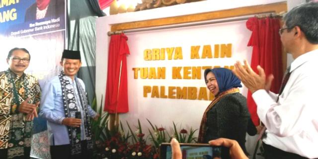 Walikota Palembang H. Harnojoyo bersama Deputi Gubernur Bank Indonesia Rosmaya Hadi (jilbab biru) meresmikan Griya Kain Tuan Kentang Jum'at (17/02/17).