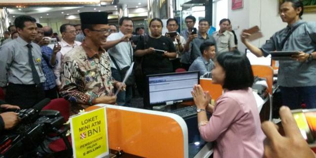 Walikota Palembang H Harnojoyo melaporkan SPT Tahunan di Kantor Pelayanan Pajak(KPP) Pratama Palembang Ilir Barat, Kambang Iwak Palembang Kamis(16/03/2017)