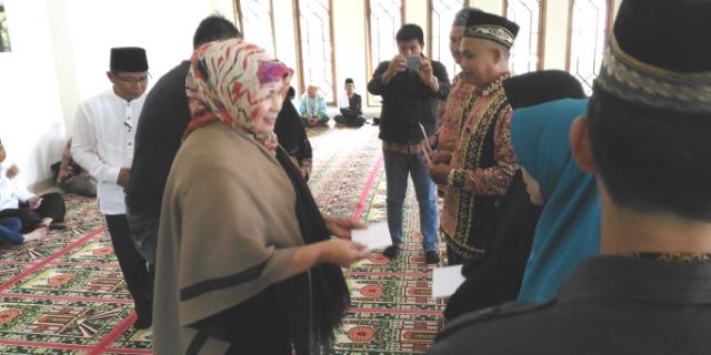 Acara pembagian insentif untuk triwulan I tahun 2017 bagi para ustadz dan ustadzah, Jumat (31/03/2017), di Masjid Al Akbar, Pagaralam.