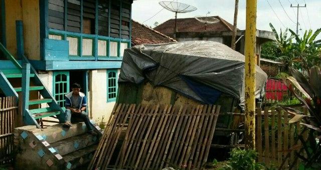 Truk Batubara Seruduk Pagar Rumah Warga