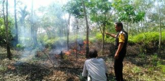 Bhabinkamtibmas Padamkan Api Bersama Petani