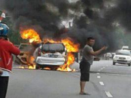 Tragis, Sedang Dikemudikan Dengan Serat Muatan, Mobil Ini Hangus Terbakar