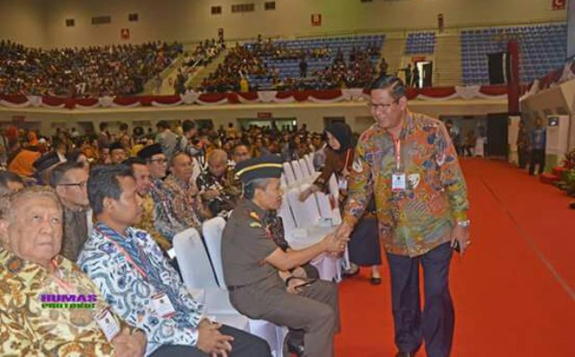 Wabup Muara Enim H Nurul Aman saat tiba di Gedung PSCC sebelum menerima sertifikat tanah dari presiden Jokowi