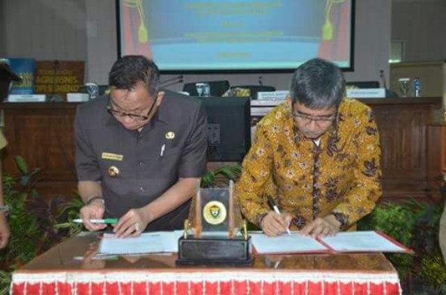 Bupati Muara Enim Ir H Muzakir Sai Sohar bersama Kepala Perwakilan Bank Indonesia Provinsi Sumsel, Rudi Hairudin saat menandatangani MoU
