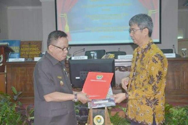 Bupati Muara Enim Ir H Muzakir Sai Sohar dan Kepala Perwakilan Bank Indonesia Provinsi Sumsel, Rudi Hairudin saat menyerahkan hasil penandatanganan MoU