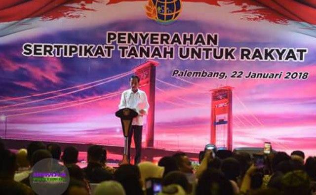 Presiden Jokowi Memberikan Sambutan dalam acara penyerahan sertifikat tanah bagi masyarakat di Gedung Palembang Sport and Convention Center (PSCC), Senin (22/1/2018)