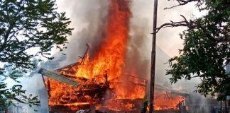 Rumah Panggung milik Nasron (49) atau sering disapa Ujok Sron warga Dusun I Desa Tanjung Tiga Kecamatan Rantau Bayur Kabupaten Banyuasin terbakar. Rabu (14/03/18)