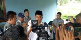Askolani SH Memberi keterangan didepan awak media saat makan siang bersama di Pasar Kuliner Pangkalan Balai, Selasa, (24/4)