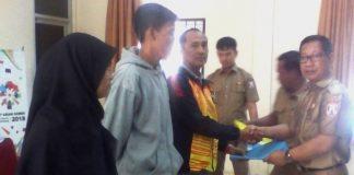 Sekretaris Disbudporapar Zulkarnain menyerahkan bonus kepada para Atlit (Cabor) yang berprestasi di Porprov XII Palembang tahun 2017 lalu. di ruang rapat Pemuda dan Olahraga Banyuasin. Senin (14/05/18)