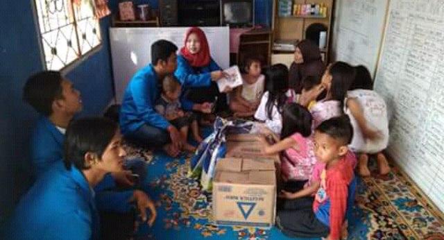 Mahasiswa Stisipol Candra Dimuka memberikan bantuan sembako pada panti asuhan bunda kecamatan Banyuasin III Minggu (20/05/18).