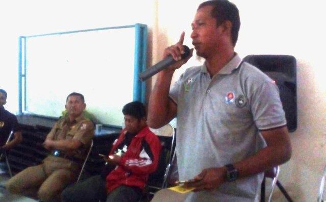 Fauzi Toldo pelatih futsal saat melakukan interupsi pada saat acara pembagian hadiah