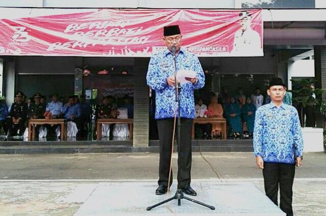 Bupati Muara Enim Ir H Muzakir Sai Sohar memberikan sambutan dalam Upacara peringatan Hari Lahirnya Pancasila Ke-73 di Halaman Pemkab Muara Enim, Senin (4/6/2018),