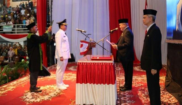 Gubernur Sumsel H Alex Noerdin saat mengambil sumpah dan melantik pejabat Bupati Muaraenim Teddy Meilwansyah