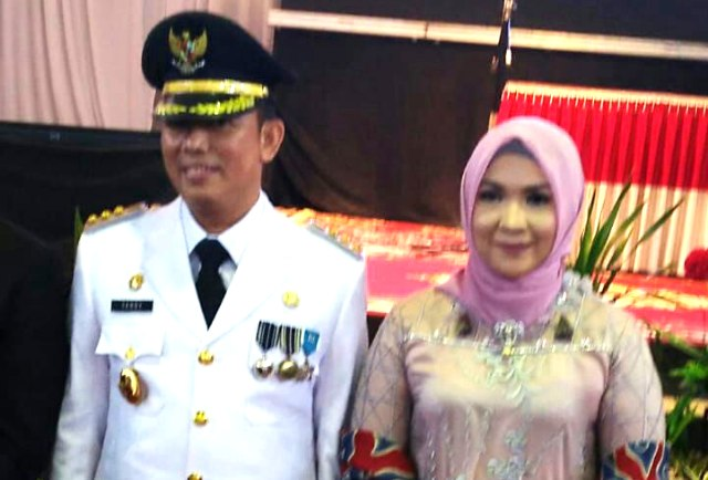 Pejabat Bupati Muara Enim Teddy Meilwansyah beserta istri