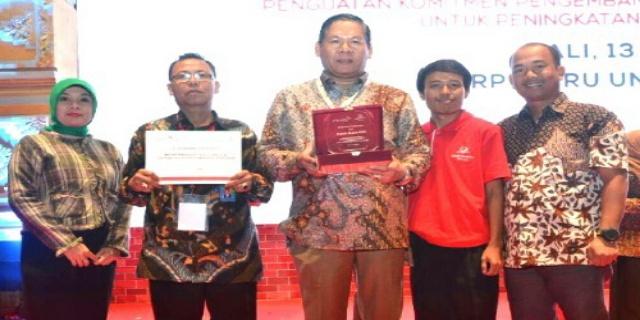 Bupati Muara Enim Terima Penghargaan Perpuseru dari CCFI