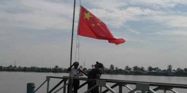 Petuga dari Perusahaan melakukan Penurunan bendera Cina
