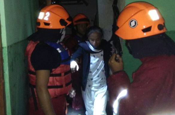Petugas Damkar Evakuasi Mobil Dan 4 Orang Terjebak Banjir di Atap