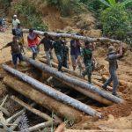 Prajurit Satgas TMMD Bersama Masyarakat Perbaiki Jembatan Penghubung