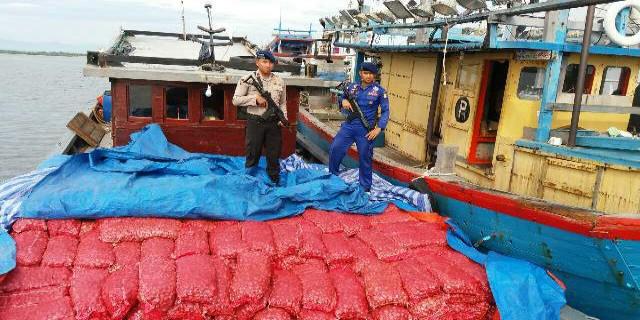 Polisi Perairan Amankan Dua Kapal Pengangkut Bawang Ilegal