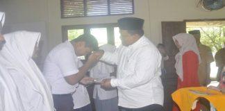 Wakil Bupati Aceh Jaya Serahkan Bantuan Aceh Jaya Cerdas Berbasis Tabungan di Setia Bakti
