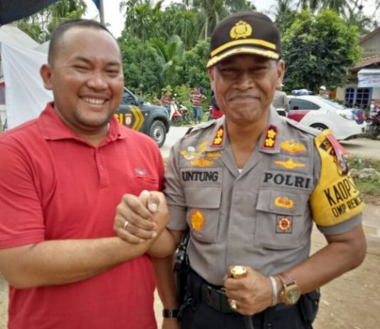 Tgk Azhari Abdul Mananmantan Alumni Dayah Mudi Mesra Samalanga dan UISU Medan berfose bersama Kapolres Aceh Utara AKBP Ir Untung Sangaji (photo_Ist_Az)