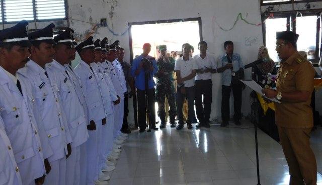 Bupati Aceh Jaya, H.T. Irfan,TB melantik empat belas geutjhik se Kecamatan Jaya di aula kantor Camat Jaya, Senin (12/03/2018).