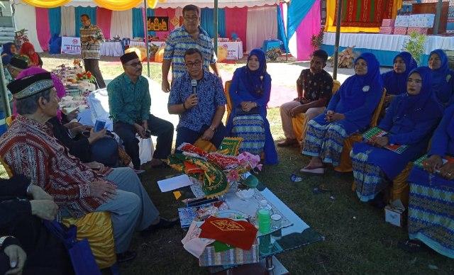 Bupati Aceh Jaya Teuku Irfan TB. didampingi Ketua Dekranasda Aceh Jaya saat bincang-bincang bersama Tim Penilai Dekranas Aceh