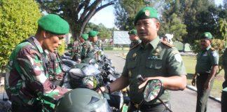 Komandan Kodim 0114/Aceh Jaya, Letkol Kav Andhie Suryatama (kanan) secara simbolis menyerahkan Sepeda Motor dinas pada salah satu Babinsa. di halaman Makodim, Desa Bahagia, Kecamatan Krueng Sabee, Senin (31/12/2018).