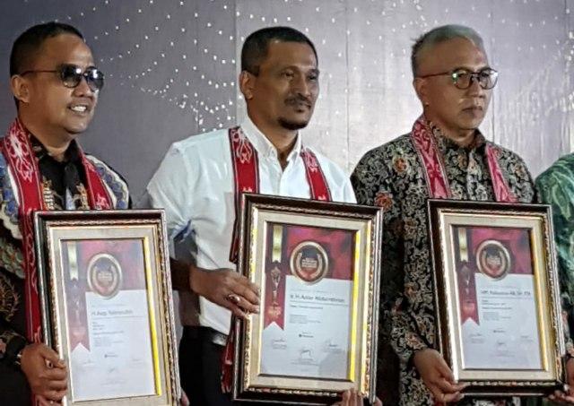 Mantan Bupati Aceh Jaya Azhar Abdurrahman, (tengah) menerima penghargaan anugrah sebagai pemimpin inspiratif dari 7 Sky Media di Hotel Bidakara Grand Savoy Homan, Bandung, Provinsi Jawa Barat, Jum'at (30/11/2018) malam.