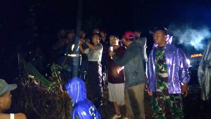Tim dari Muspika bersama Badan Penanggulangan Bencana Daerah (BPBD). Serta TNI/Polri dan masyarakakat melakukan pencarian Hamzah korban terseret arus sungai pucuk limbang, Senin (11/3/2019) malam.