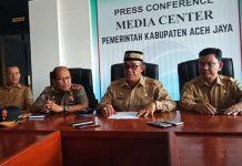 Bupati Aceh Jaya (tengah) Bersama Sekda Mustafa (Kanan) didampingi Kepala Satpol PP Aceh Jaya( Kiri kedua) dan Kadis Infokom (Kiri pertama) saat konpres di hadapan wartawan Aceh Jaya (Balai PWI Aceh Jaya).
