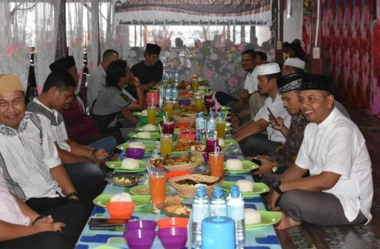Suasana acara buka bersama untuk menjalin kerjasama antara Kapolres Aceh Selatan AKBP Dedy Sadsono Serta Jajaranya dengan Insan Pres di lesehan cafee APJ berbaur Sabtu (25/05/19)