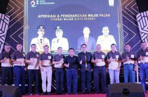 BPPD kota Palembang memberikan penghargaan kepada wajib pajak.