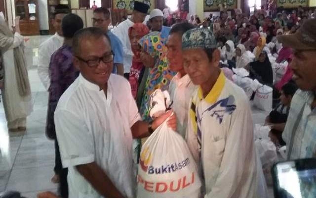 PTBA Salurkan 8.000 Paket Sembako Bagi Kaum Dhuafa