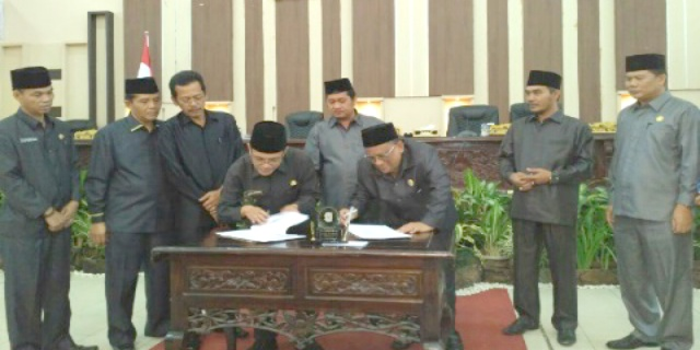 PLH Bupati Banyuasin S.A. Suprionoupriono (kiri) dan Ketua DPRD Banyuasin H Agus Salam (kanan) menandatangani berita acara pengesahan RAPBDP Tahun 2016