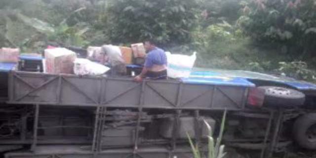 Bis ALS serat penumpang warga Banglades nyemplung Sungai Pangkalan Panji kecamatan Banyuasin III kabupaten Banyuasin Sumsel rabu (21/12/16)