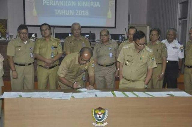Bupati Muara Enim Ir H Muzakif Sai Sohar menandatangani MoU Peningkatan Kinerja kepada SKPD
