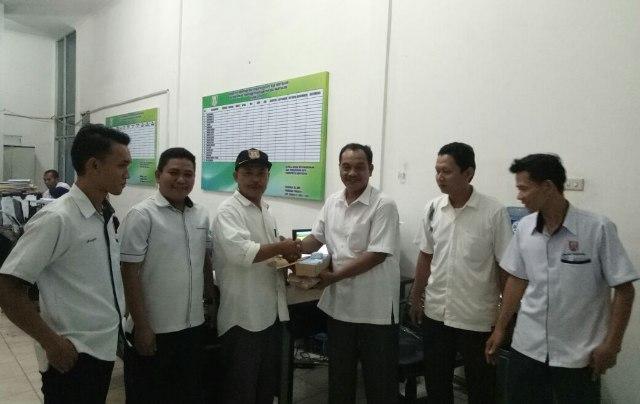Kabid Kependudukan Capil Banyuasin menyerahkan KTP Elektronik ke pihak kecamatan Air Kumbang