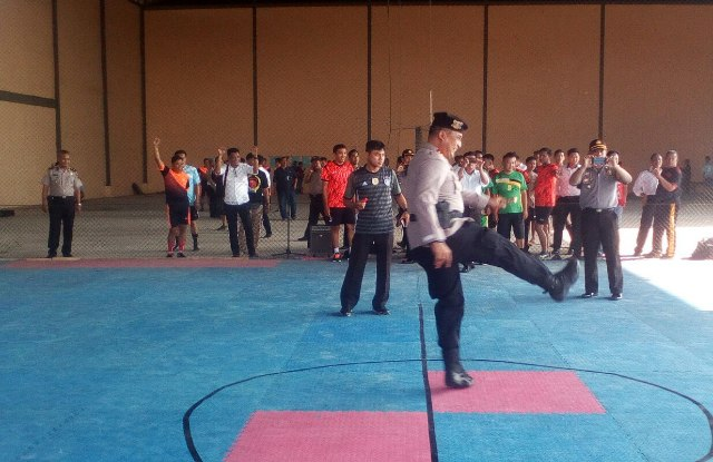 Kapolres Banyuasin melakukan tendangan pertama. tanda memulai pertandingan
