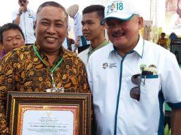 Joko Pranoto, Government Affairs Director PT Hindoli menerima penghargaan Pengelolaan Lingkungan terhadap Kesiapsiagaan Pencegahan dan Pengendalian Kebakaran Hutan, Kebun dan Lahan tahun 2018 dengan kategori Sangat Baik dari Alex Noerdin, Gubernur Sumatra Selatan.