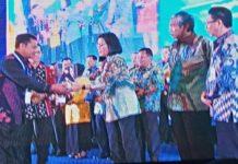 Askolani SH MH, (kiri) menerima penghargaan dari menteri keuangan