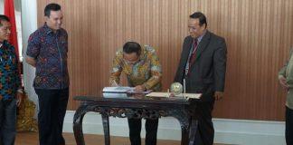 Bupati Muba Dodi Reza Alex Noerdin Menandatangani nota kesepahaman penggabungan Akper Muba ke Universitas Sriwijaya, Jumat (28/9/2018).