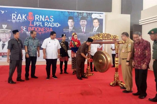 Bupati Banyuasin H Askolani SH MH. memukul Gong tanda dibukanya Rakornas LPPL Se- Indonesia di Banyuasin
