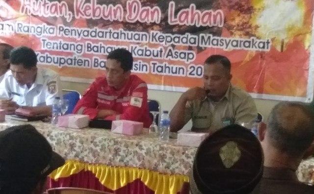 Kepala Bidang pencegahan dan kesiapsiagaan Gatot Setioko SH, (kanan). Saat melakukan Paparan dalam krgiatan kampanye bahaya kebakaran kebun dan lahan, di kantor kepala Desa Pangkalan Benteng kecamatan Talang Kelapa Banyuasin Rabu (10/09/18).
